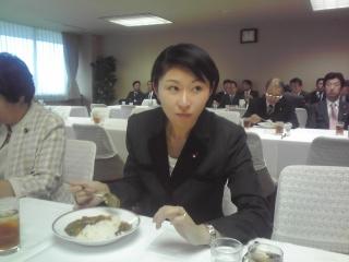 カレーを食べる小渕大臣